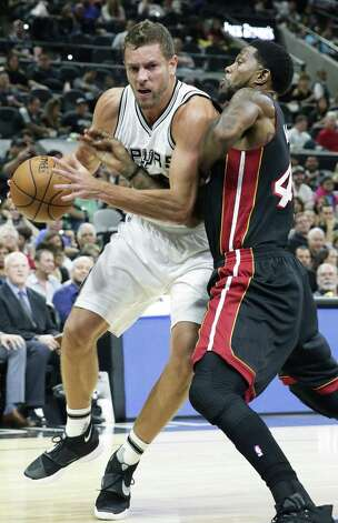 David Lee crunches into Adonis Hasem as the Spurs host Miami at the AT&T Center on October 14, 2016. Photo: TOM REEL, STAFF / SAN ANTONIO EXPRESS-NEWS / 2016 SAN ANTONIO EXPRESS-NEWS