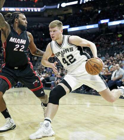 Davis Bretons drives toward the hoop against Derrick Williams as the Spurs host Miami at the AT&T Center on October 14, 2016. Photo: TOM REEL, STAFF / SAN ANTONIO EXPRESS-NEWS / 2016 SAN ANTONIO EXPRESS-NEWS