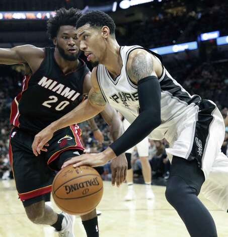 Danny Green makes a move in to the hoop along the baseline against Justise Winslow as the Spurs host Miami at the AT&T Center on October 14, 2016. Photo: TOM REEL, STAFF / SAN ANTONIO EXPRESS-NEWS / 2016 SAN ANTONIO EXPRESS-NEWS
