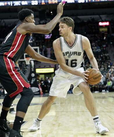 Pau Gasol looks for a cutter in the lane as the Spurs host Miami at the AT&T Center on October 14, 2016. Photo: TOM REEL, STAFF / SAN ANTONIO EXPRESS-NEWS / 2016 SAN ANTONIO EXPRESS-NEWS