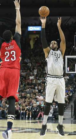 LaMarcus Aldridge shoots over Anthony Davis as the Spurs host the Pelicans at the AT&T Center on October 29, 2016. Photo: Tom Reel, Staff / San Antonio Express-News / 2016 SAN ANTONIO EXPRESS-NEWS