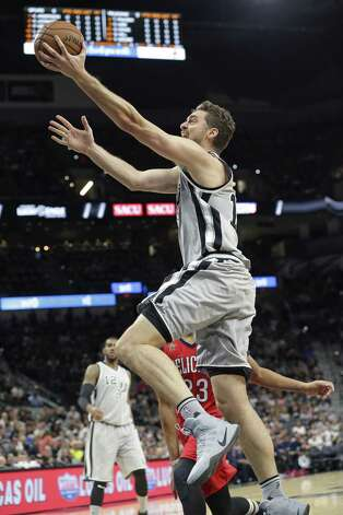 Pau Gasol stretches in for a layup off a post pivot as the Spurs host the Pelicans at the AT&T Center on October 29, 2016. Photo: Tom Reel, Staff / San Antonio Express-News / 2016 SAN ANTONIO EXPRESS-NEWS