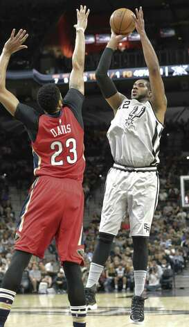 La Marcus Aldridge shoots over Anthony Davis as the Spurs host the Pelicans at the AT&T Center on October 29, 2016. Photo: Tom Reel, Staff / San Antonio Express-News / 2016 SAN ANTONIO EXPRESS-NEWS