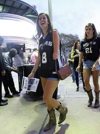 Kat Roosa (left) and Brittany Tallchief clear the gates and head for the arenas the Spurs host the Pelicans at the AT&T Center on October 29, 2016. Photo: Tom Reel, Staff / San Antonio Express-News / 2016 SAN ANTONIO EXPRESS-NEWS