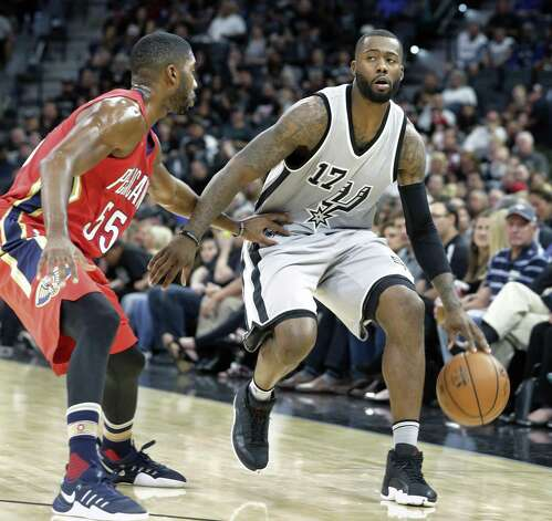 Jonathon Simmons surveys play development as the Spurs host the Pelicans at the AT&T Center on October 29, 2016. Photo: Tom Reel, Staff / San Antonio Express-News / 2016 SAN ANTONIO EXPRESS-NEWS