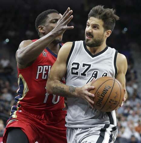 Nico Laprovittola moves into the lane on Langston Galloway as the Spurs host the Pelicans at the AT&T Center on October 29, 2016. Photo: Tom Reel, Staff / San Antonio Express-News / 2016 SAN ANTONIO EXPRESS-NEWS