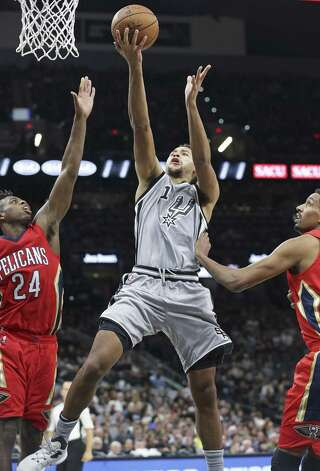 Kyle Anderson slices into the lane for a layup as the Spurs host the Pelicans at the AT&T Center on October 29, 2016. Photo: Tom Reel, Staff / San Antonio Express-News / 2016 SAN ANTONIO EXPRESS-NEWS