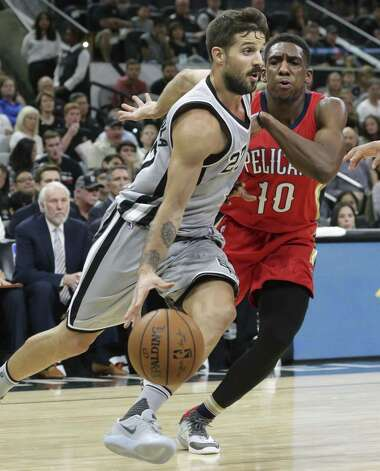 Nico Laprovittola beats Langston Galloway to the lane as the Spurs host the Pelicans at the AT&T Center on October 29, 2016. Photo: Tom Reel, Staff / San Antonio Express-News / 2016 SAN ANTONIO EXPRESS-NEWS