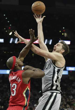 Pau Gasol takes a jump shot in the lane against Dante Cunningham as the Spurs host the Pelicans at the AT&T Center on October 29, 2016. Photo: Tom Reel, Staff / San Antonio Express-News / 2016 SAN ANTONIO EXPRESS-NEWS