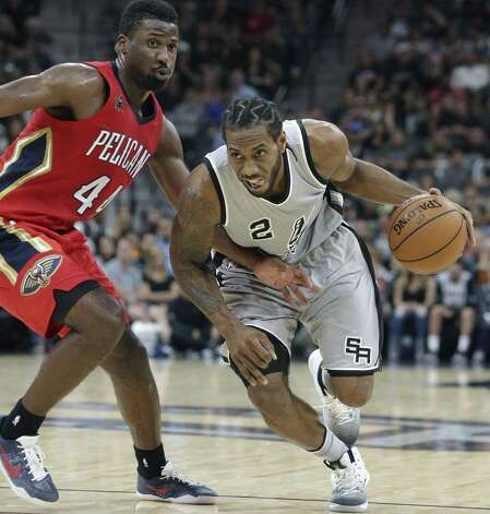 Kawhi Leonard drives to the hoop against Solomon Hill as the Spurs host the Pelicans at the AT&T Center on October 29, 2016. Photo: Tom Reel, Staff / San Antonio Express-News / 2016 SAN ANTONIO EXPRESS-NEWS