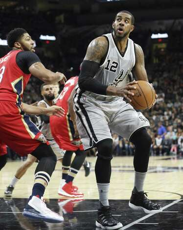 La Marcus Aldridge spots the basket as he sets up in the lane as the Spurs host the Pelicans at the AT&T Center on October 29, 2016. Photo: Tom Reel, Staff / San Antonio Express-News / 2016 SAN ANTONIO EXPRESS-NEWS