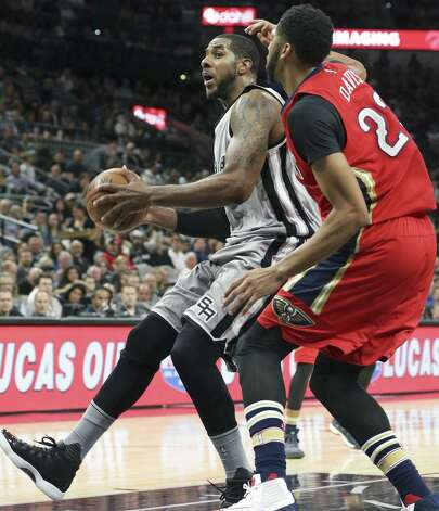 LaMarcus Aldridge works in the paint against Anthony Davis as the Spurs host the Pelicans at the AT&T Center on October 29, 2016. Photo: Tom Reel, Staff / San Antonio Express-News / 2016 SAN ANTONIO EXPRESS-NEWS