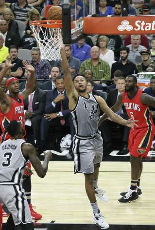 Kyle Anderson gets to the hoop in the second half as the Spurs host the Pelicans at the AT&T Center on October 29, 2016. Photo: Tom Reel, Staff / San Antonio Express-News / 2016 SAN ANTONIO EXPRESS-NEWS