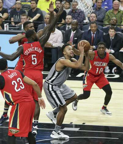 The New Orleans defense collapses in to guard Kyle Anderson at the hoop as the Spurs host the Pelicans at the AT&T Center on October 29, 2016. Photo: Tom Reel, Staff / San Antonio Express-News / 2016 SAN ANTONIO EXPRESS-NEWS