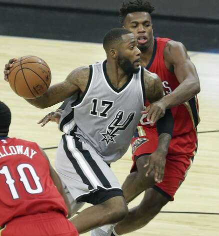 Jonathon Simmons drives into the paint as the Spurs host the Pelicans at the AT&T Center on October 29, 2016. Photo: Tom Reel, Staff / San Antonio Express-News / 2016 SAN ANTONIO EXPRESS-NEWS