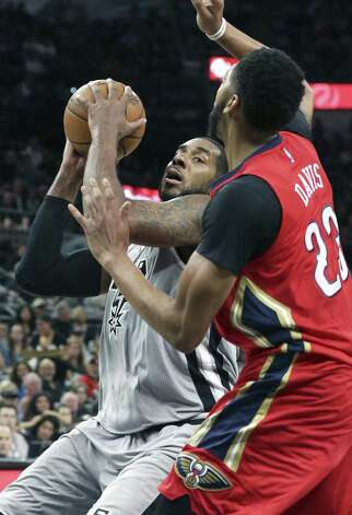 LaMarcus Aldridge head fakes on Anthony Davis as the Spurs host the Pelicans at the AT&T Center on October 29, 2016. Photo: Tom Reel, Staff / San Antonio Express-News / 2016 SAN ANTONIO EXPRESS-NEWS