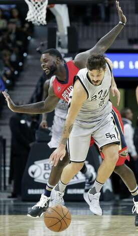 Nico Laprovittola comes up with the ball beating Lance Stephenson as the Spurs host the Pelicans at the AT&T Center on October 29, 2016. Photo: Tom Reel, Staff / San Antonio Express-News / 2016 SAN ANTONIO EXPRESS-NEWS