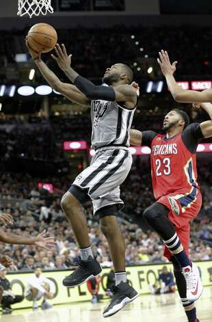 Jonathon Simmons beats Anthony Davis to the hoop in the first half as the Spurs host the Pelicans at the AT&T Center on October 29, 2016. Photo: Tom Reel, Staff / San Antonio Express-News / 2016 SAN ANTONIO EXPRESS-NEWS