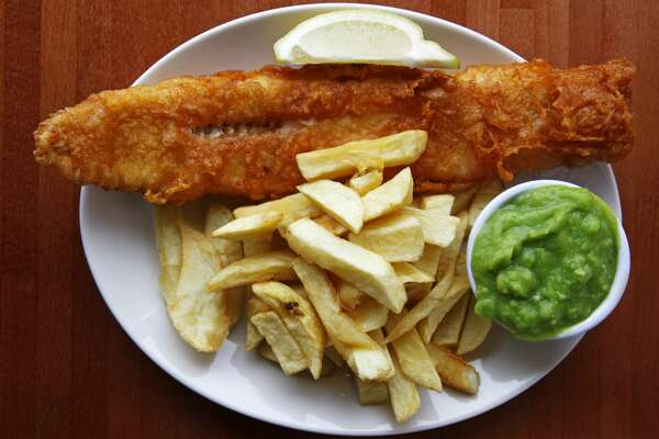 (GERMANY OUT) Great Britain - traditional British meal, plate of fish and chips is served with mushy peas and a wedge of lemon (Photo by Forster/ullstein bild via Getty Images)