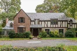 Former Golden State Warrior Chris Mullin is listing his Manhasset, NY home for sale at $3.85 million.