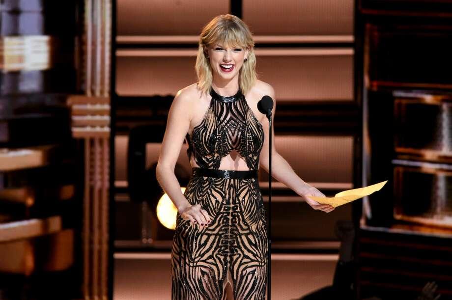 Taylor Swift presents award onstage at the 50th annual CMA Awards at the Bridgestone Arena on November 2, 2016 in Nashville, Tennessee. Photo: Erika Goldring/FilmMagic