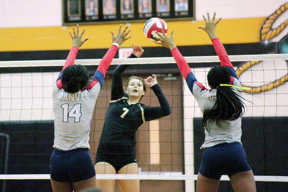 Porter's Hannah Adams (7) tries to hit a shot past Manvel's Taylor Frederick (14) and Natalie Honore (7) Thursday at Pasadena Memorial High School. Photo: Kirk Sides / © 2016 Kirk Sides / Houston Community Newspapers