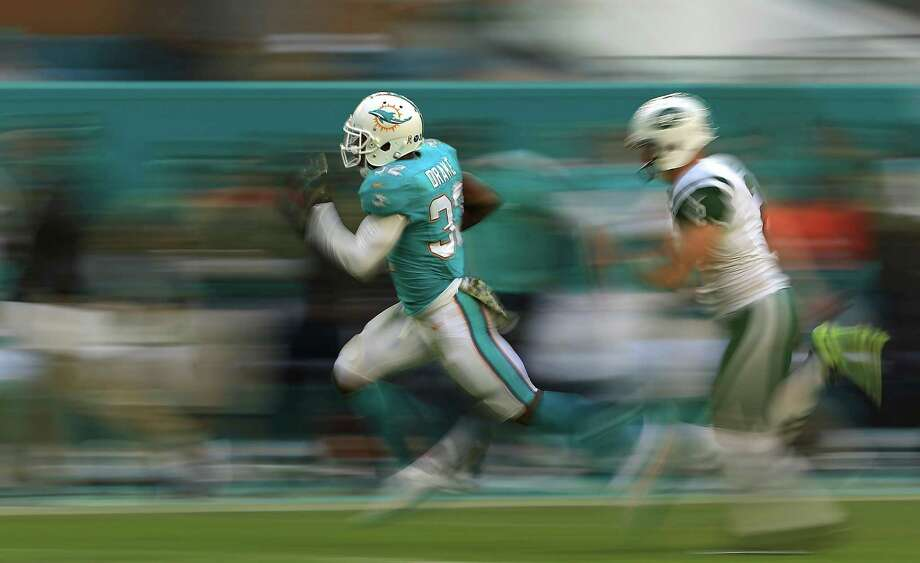 MIAMI GARDENS, FL - NOVEMBER 06: Kenyan Drake #32 of the Miami Dolphins returns a kick for a touchdown during a game against the New York Jets at Hard Rock Stadium on November 6, 2016 in Miami Gardens, Florida.  (Photo by Mike Ehrmann/Getty Images) ORG XMIT: 663930783 Photo: Mike Ehrmann / 2016 Getty Images