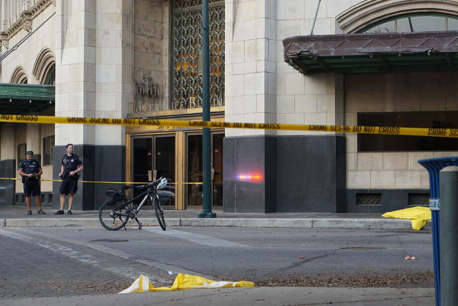 San Antonio police investigate the scene where a man fell from the top of the Tower Life Building in downtown on Monday, Nov. 7, 2016. Photo: Jacob Beltran/San Antonio Express-News