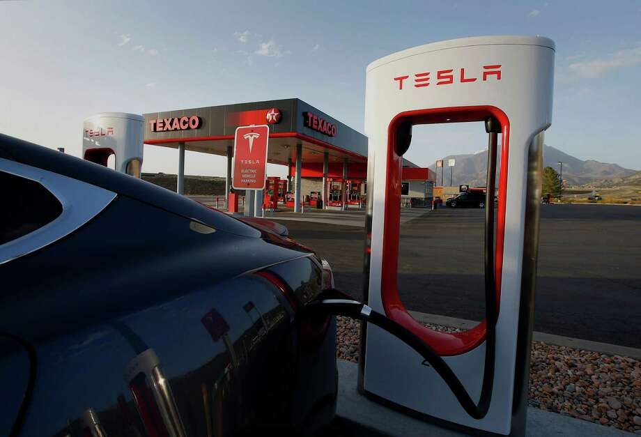 A Tesla Model S P85D gets a charge in Nephi, Utah. Tesla has 734 of the fast charging stations globally. Photo: George Frey / © 2015 Bloomberg Finance LP