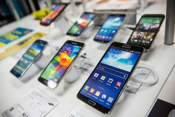 Samsung phones sit on display at a Best Buy on January 29, 2015 in New York City. For the first time in three years Samsung reported a decline in profit.  (Photo by Andrew Burton/Getty Images)