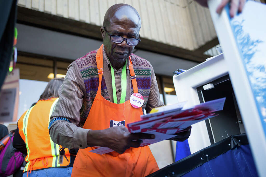 Connelly king county council votes for prepaid election ballot omollo gaya collects ballots from a dropbox outside schmitz hall to bring to a counting facility solutioingenieria Images