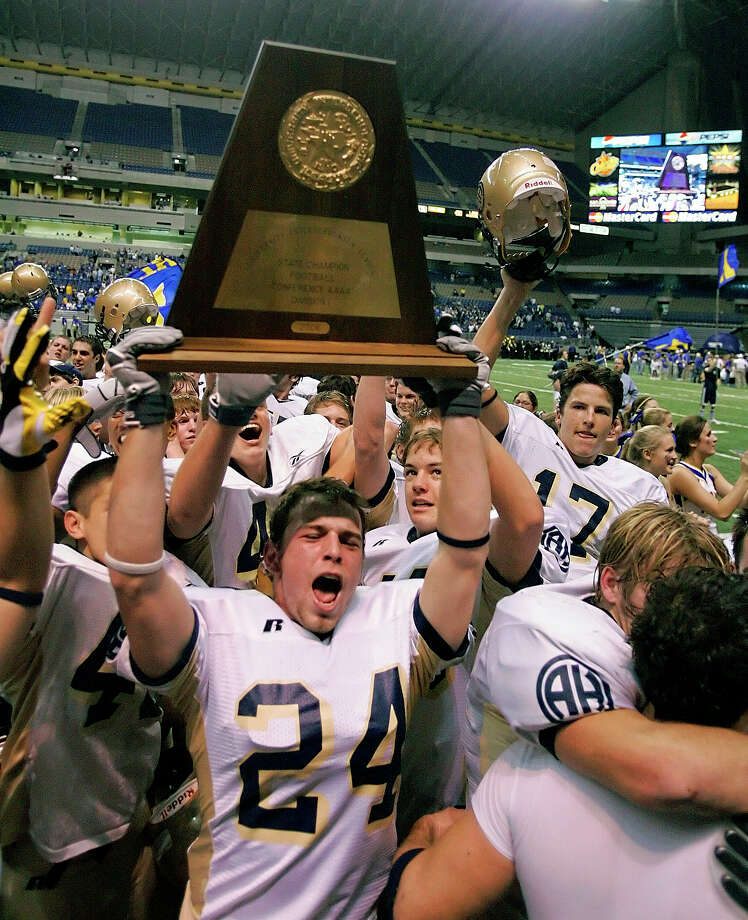Alamo Heights' Nick Amick holds the state championship trophy Saturday night Dec. 16, 2006 in the Alamodome after the Mules beat Copperas Cove in the Class 4A Division I State championship game. (WILLIAM LUTHER/STAFF) Photo: WILLIAM LUTHER, SAN ANTONIO EXPRESS-NEWS / San Antonio Express-News