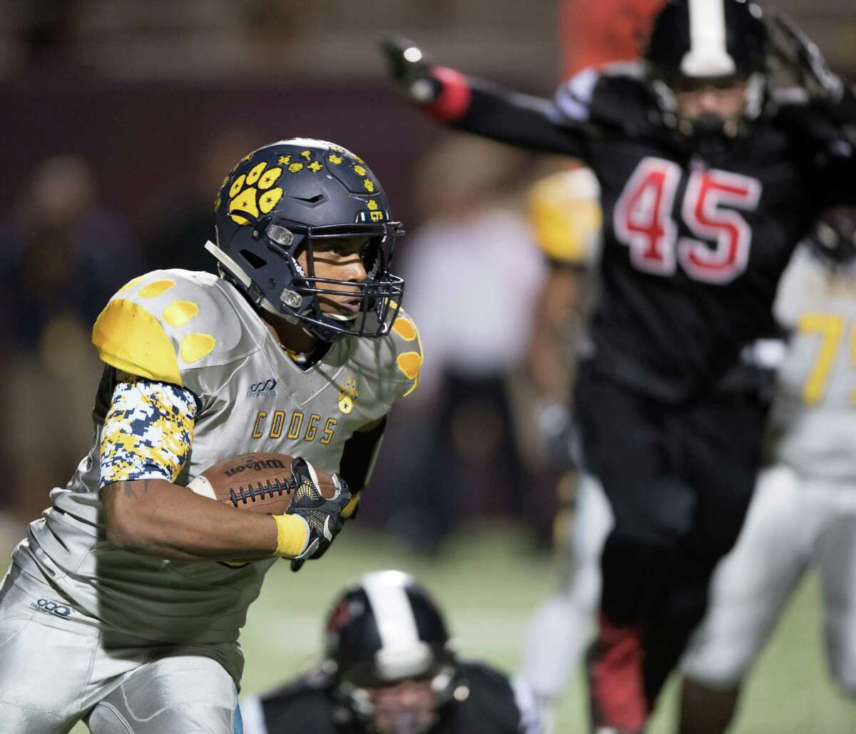 De'Marco Guidry (3) of the La Marque Cougars runs around the right end in the first half against the Coldspring Trojans in a high school football Class 3A Division 1 Bi-District Playoff Game on Thursday, November 10, 2016 at Abshier Stadium in Deer Park Texas.