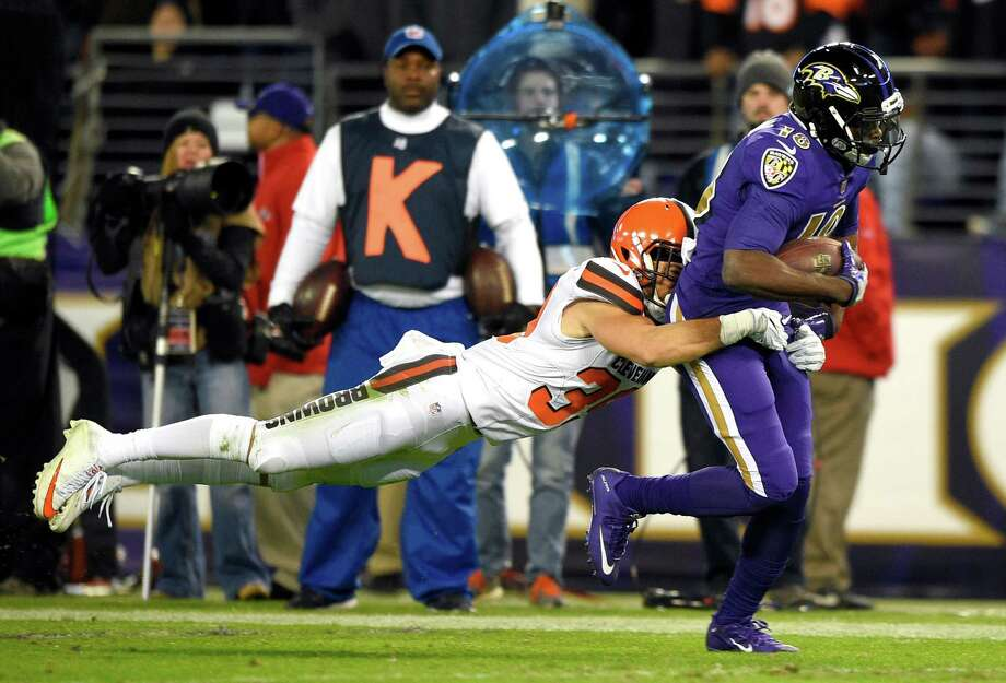 Baltimore Ravens wide receiver Breshad Perriman, right, tries to get away from Cleveland Browns defensive back Ed Reynolds II during the second half an NFL football game, Thursday, Nov. 10, 2016, in Baltimore. (AP Photo/Nick Wass) ORG XMIT: BAF114 Photo: Nick Wass / FR67404 AP