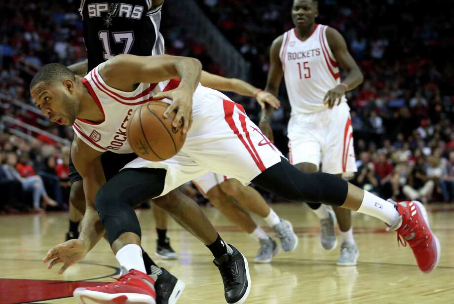 Houston Rockets guard Eric Gordon (10) drives to the basket during the second half of the game Saturday, Nov. 12, 2016, in Houston. The Rockets lost to the Spurs 106-100. Photo: Yi-Chin Lee, Houston Chronicle / © 2016  Houston Chronicle