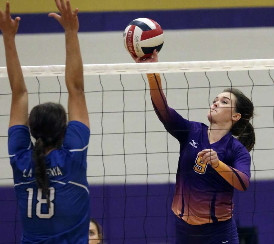 Navarro's Brooke Bromley flips a shot past Hayli Verrips as Navarro hosts LaVernia at Navarro High School gym on October 7, 2016. Photo: TOM REEL/SAN ANTONIO EXPRESS-NEWS