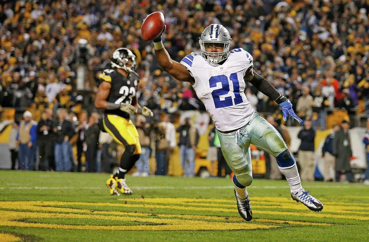 PITTSBURGH, PA - NOVEMBER 13: Ezekiel Elliott #21 of the Dallas Cowboys celebrates his 32-yard rushing touchdown in the fourth quarter during the game against the Pittsburgh Steelers at Heinz Field on November 13, 2016 in Pittsburgh, Pennsylvania.