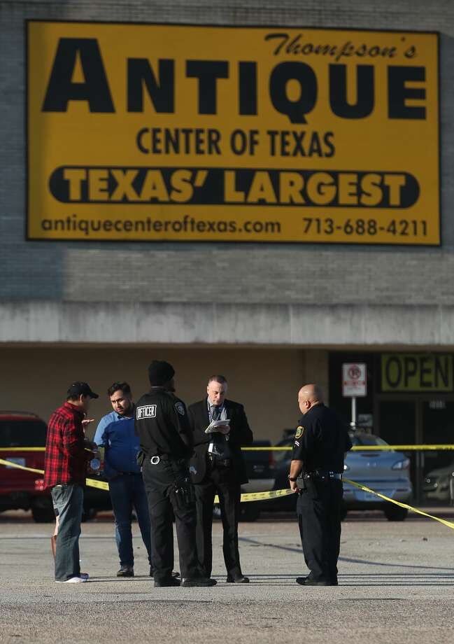 Police investigate a double homicide that occurred in the parking lot of the Northwest Mall, Monday, Nov. 14, 2016, in Houston. Photo: Jon Shapley | Houston Chronicle