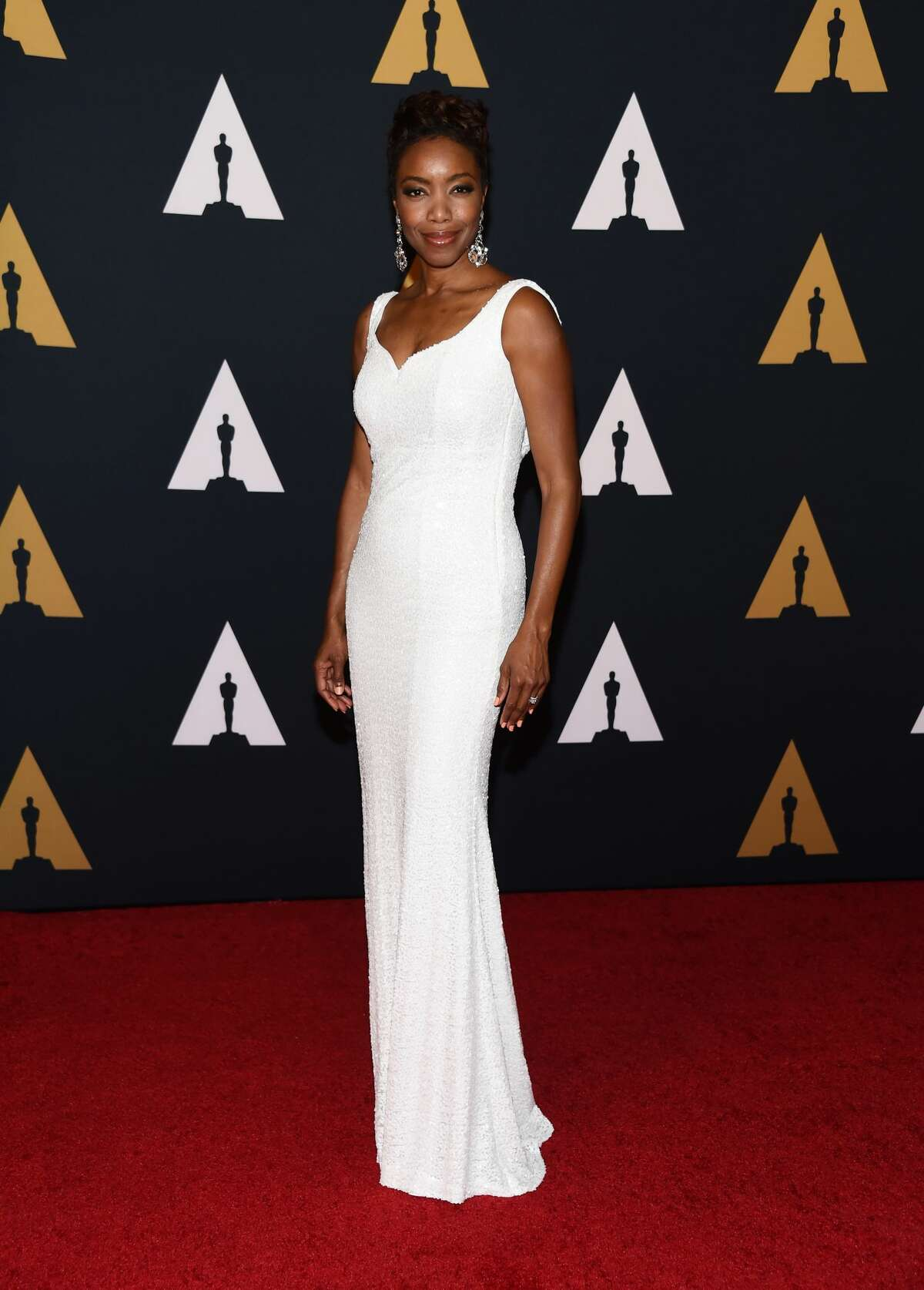 Singer Heather Headley's take on the white gown is classy and glamorous.