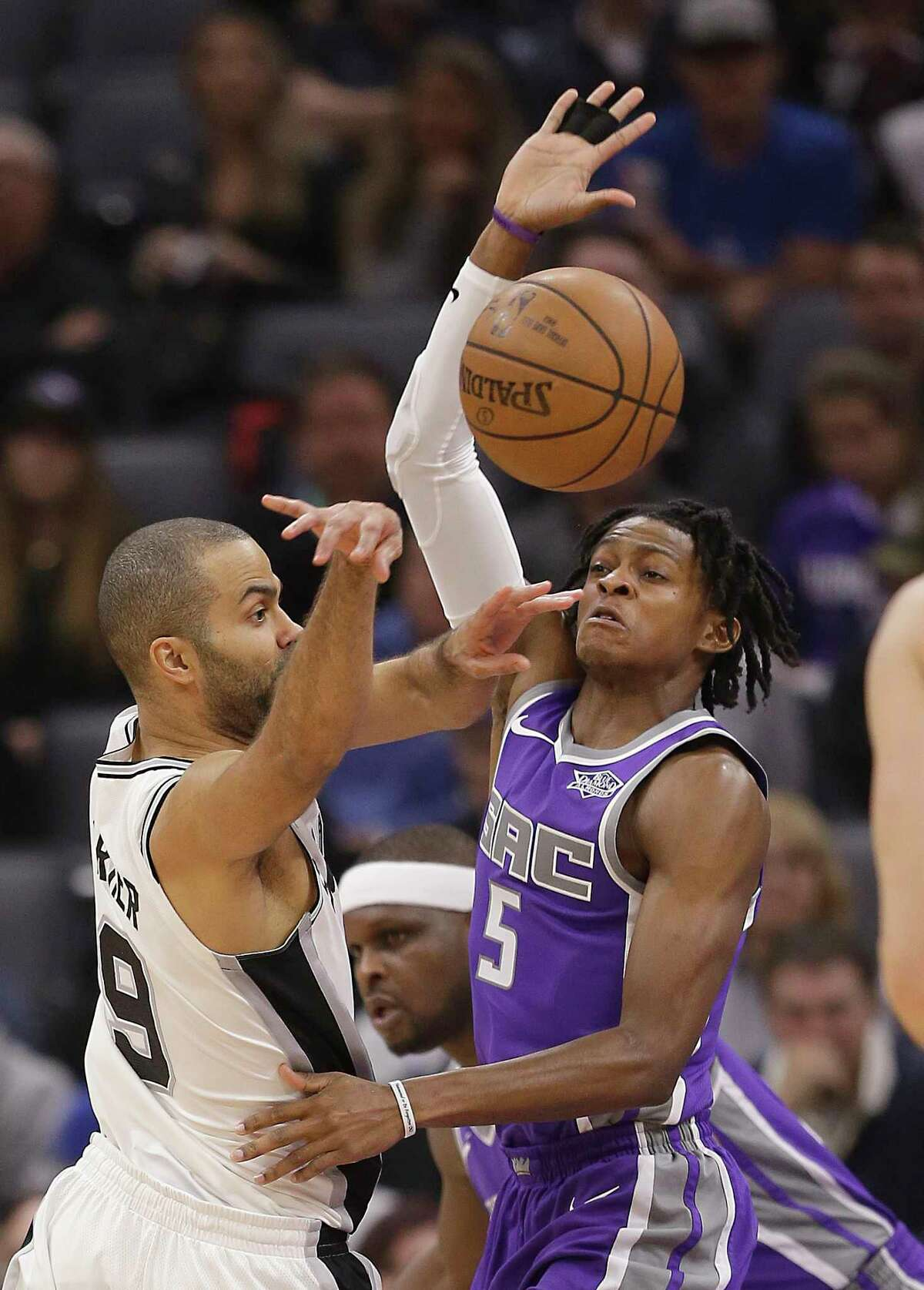 San Antonio Spurs guard Tony Parker, left, passes against Sacramento Kings center Willie Cauley-Stein during the first quarter of an NBA basketball game in Sacramento, Calif., Wednesday, Nov. 16, 2016. (AP Photo/Rich Pedroncelli)