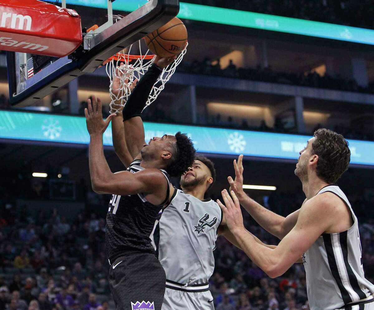 San Antonio Spurs center Pau Gasol, center, goes up the shot between Sacramento Kings' Willie Cauley-Stein, left, and Arron Afflalo during the first quarter of an NBA basketball game in Sacramento, Calif., Wednesday, Nov. 16, 2016. (AP Photo/Rich Pedroncelli)