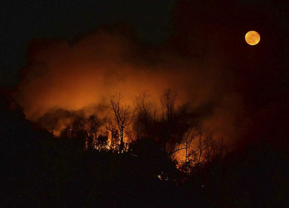 A wildfire burns near Bat Cave, N.C., Tuesday. Thick smoke has settled over a wide area of the southern Appalachians, burning through decades of leaf litter. Photo: Patrick Sullivan, Associated Press