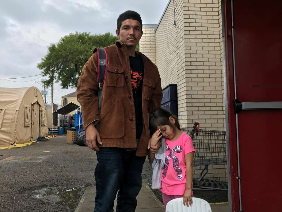 Ever Javier Palma Romero, 24, a fish processor from coastal El Salvador, with his daughter, Jackeline, 4, faced gang threats in his home town and decided to flee to the United States. MUST CREDIT: Josh Partlow, The Washington Post. Photo: Josh Partlow, The Washington Post
