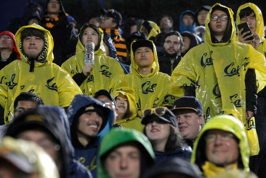 As Saturday afternoon games have turned into night games, many Cal fans have stayed home to avoid the dark and cold. Photo: Gabriella Angotti-Jones, The Chronicle