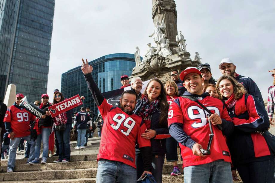 Houston Texans fans gather for a Traveling Texans photo at the Angel de la Independencia monument on Sunday, Nov. 20, 2016, in Mexico City. Photo: Brett Coomer, Houston Chronicle / © 2016 Houston Chronicle