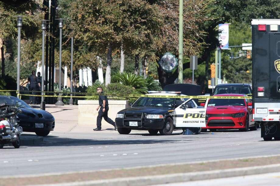 SAPD investigate the scene of an officer shot at the department's headquarters, Sunday, Nov. 20, 2016. Photo: Jerry Lara, San Antonio Express-News / 2016 San Antonio Express-News