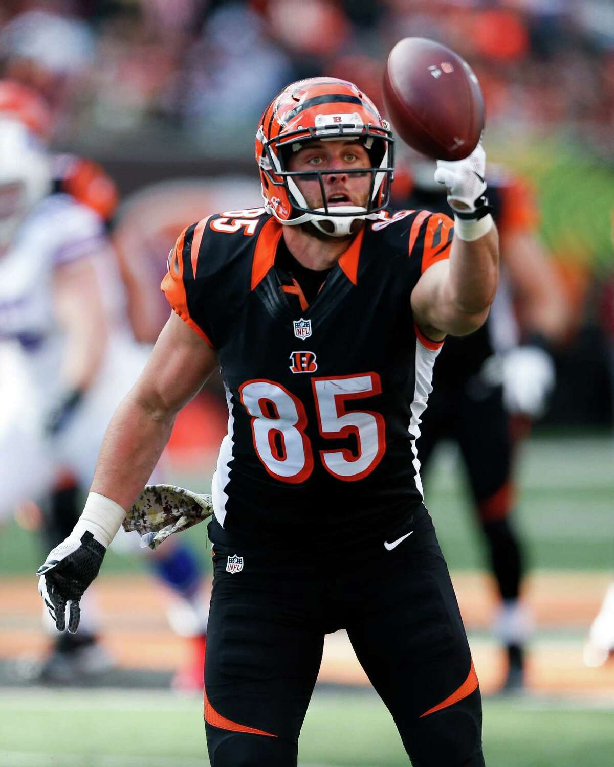 TYLER EIFERT Age: 27   Former team: CIN   2017 stats: 4 recs, 46 yards (2 games) Well one way to find an inexpensive player is to sign one who other teams may view as damaged goods. After a Pro Bowl season in 2015, Eifert suffered an ACL in that very all-star game and played only eight games in 2016. Last season a recurring back issuer resulted in a second surgery, causing him to miss all but two games of 2017. When healthy, Eifert has proven to be a capable receiving threat, and if one team is willing to take a chance on him, it could pay off.