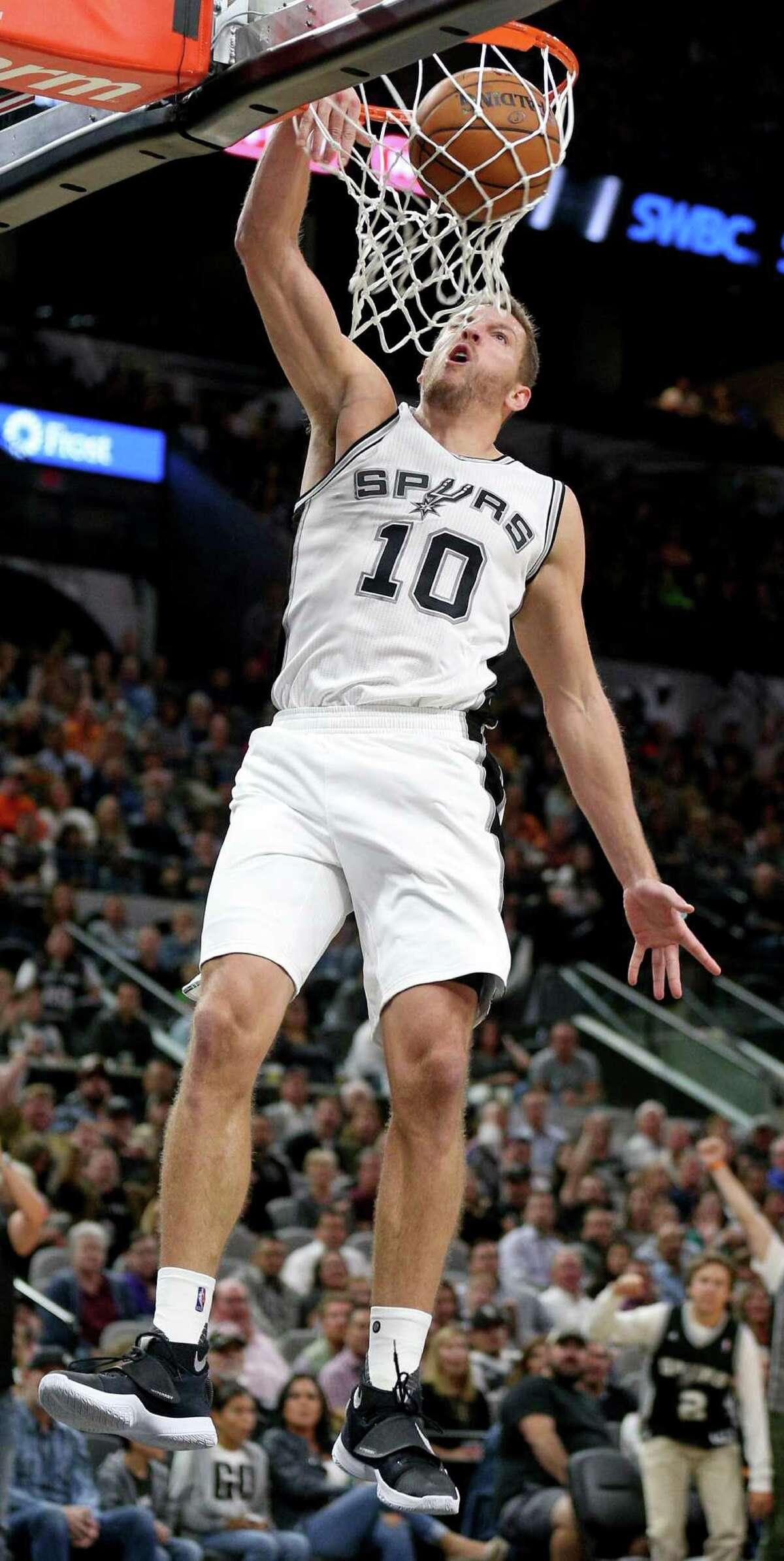 San Antonio Spurs' David Lee dunks during second half action against the Dallas Mavericks Monday Nov. 21, 2016 at the AT&T Center. The Spurs won 96-91.