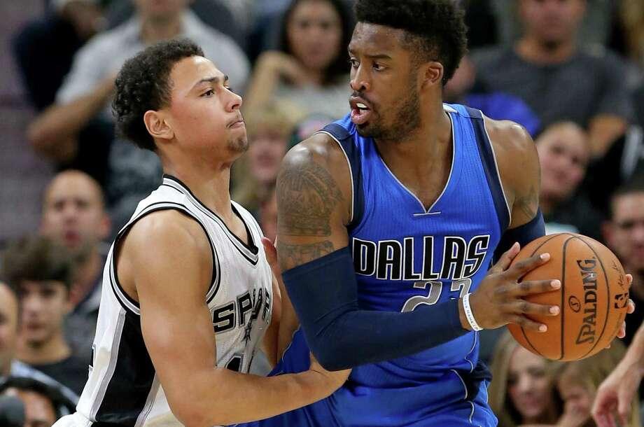 Spurs rookie Bryn Forbes defends the Mavericks' Wesley Matthews on Nov. 21. Photo: Edward A. Ornelas /San Antonio Express-News / © 2016 San Antonio Express-News