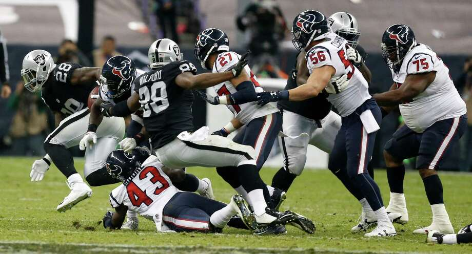Oakland Raiders running back Latavius Murray (28) breaks through the Houston Texans defense for a first down to put the game away during the fourth quarter of an NFL football game at Estadio Azteca on Monday, Nov. 21, 2016, in Mexico City. Photo: Brett Coomer, Houston Chronicle / © 2016 Houston Chronicle